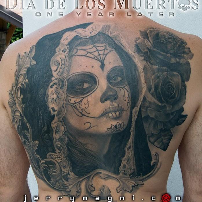 Tatuaggio schiena ritratto bianco e nero giorno dei morti. Jerry Magni tattoo Artist. Bergamo, Milano, Brescia, Lecco, Como, Varese, Monza,
