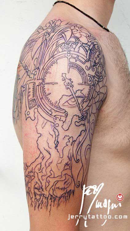 Prima seduta Mezza manica tatuata a colori. Orologio, radici, fiori, ali di farfalla, occhio, piume di pavone, cavaliere, porta. Jerry Magni Tattoo Artist