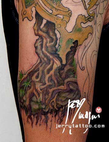 Seconda seduta Mezza manica tatuata a colori. Orologio, radici, fiori, ali di farfalla, occhio, piume di pavone, cavaliere, porta. Jerry Magni Tattoo Artist