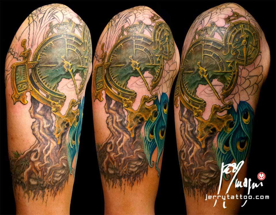 Terza seduta Mezza manica tatuata a colori. Orologio, radici, fiori, ali di farfalla, occhio, piume di pavone, cavaliere, porta. Jerry Magni Tattoo Artist