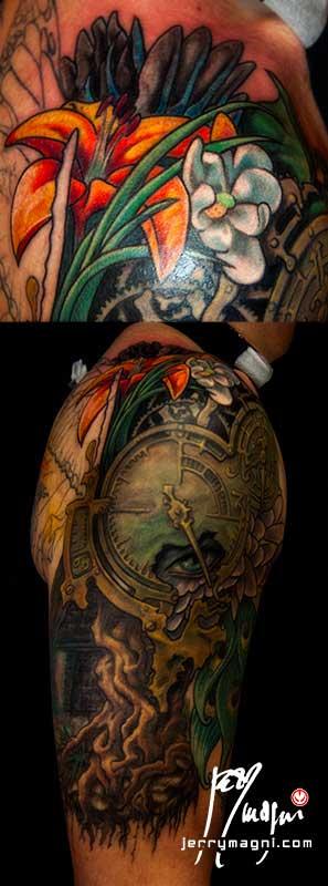 sesta seduta Mezza manica tatuata a colori. Orologio, radici, fiori, ali di farfalla, occhio, piume di pavone, cavaliere, porta. Jerry Magni Tattoo Artist