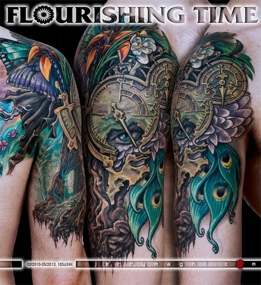 Mezza manica tatuata a colori. Orologio, radici, fiori, ali di farfalla, occhio, piume di pavone, cavaliere, porta. Jerry Magni Tattoo Artist