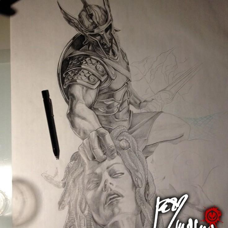 Disegno in corso per Tatuaggio bianco e nero a tutta manica, Perseo ha appena tagliato la testa a Medusa che ci rivolge il suo ultimo sguardo. Perseo indossa una scintillante armatura e un elmo che gli copre lo sguardo, in una mano tiene la spada con l'altra raccoglie la testa di Medusa. Dietro di loro giace il corpo esamine di Medusa e sullo sfondo Andromeda è incatenata all'ingresso della grotta della gorgone. Fenomenale lavoro artistico di Jerry Magni, uno dei migliori tatuatori italiani in circolazione. Milano, Bergamo, provincia, Lugano,