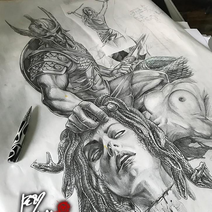 Disegno completo per Tatuaggio bianco e nero a tutta manica, Perseo ha appena tagliato la testa a Medusa che ci rivolge il suo ultimo sguardo. Perseo indossa una scintillante armatura e un elmo che gli copre lo sguardo, in una mano tiene la spada con l'altra raccoglie la testa di Medusa. Dietro di loro giace il corpo esamine di Medusa e sullo sfondo Andromeda è incatenata all'ingresso della grotta della gorgone. Fenomenale lavoro artistico di Jerry Magni, uno dei migliori tatuatori italiani in circolazione. Milano, Bergamo, provincia, Lugano,