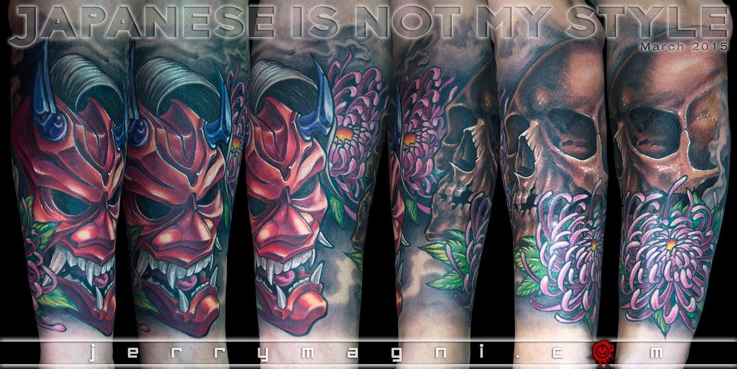 Tatuaggio maschera giapponese teschio e crisantemi a colori. Jerry Magni. La Decima Arte. Bergamo